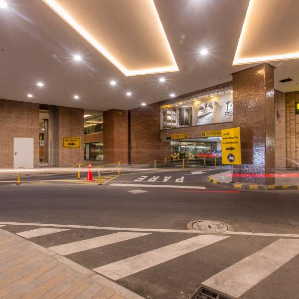 0621-servicio-parqueadero-el-tesoro-sotano-centro-plaza-luces-ingreso-dollarcity